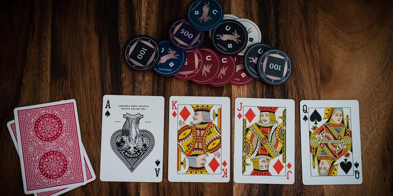 Kortos bei žetonai ir azartiniai lošimai internete