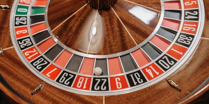 Ruletės ratas su skaičiais ir kamuoliuku