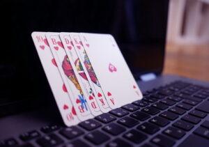 Karališka spalva ant nešiojamojo kompiuterio